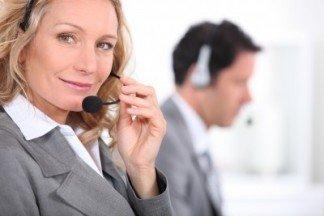 Operadora telefónica atendiendo llamadas de nuestros clientes ECA